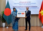 Việt Nam trao tặng vật tư y tế trị giá 60.000 USD cho 2 nước