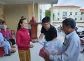 Bà con xã đảo xúc động khi nhận quà hỗ trợ sau bão số 9