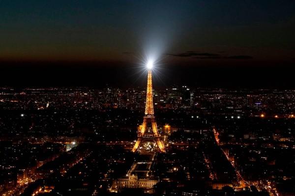 Một giờ tắt đèn tại thủ đô Paris nước Pháp, trong ảnh là tháp Eiffel. Ảnh: AFP 1