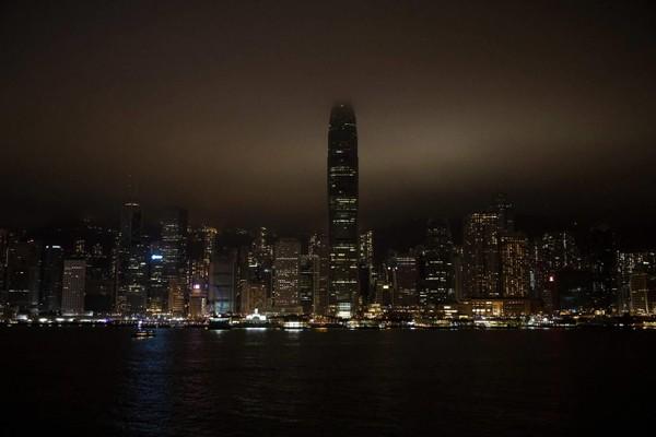 Cảng Victoria (Hong Kong) tắt đèn trong một tiếng đồng hồ cho giờ Trái đất. Ảnh: AFP 2