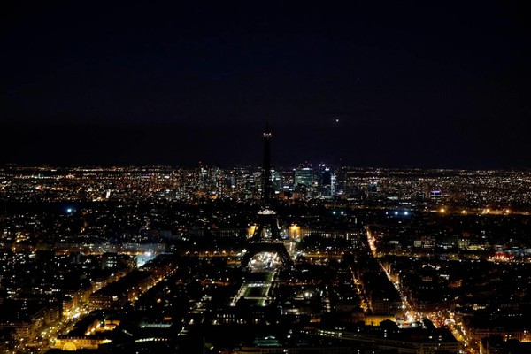 Một giờ tắt đèn tại thủ đô Paris nước Pháp, trong ảnh là tháp Eiffel. Ảnh: AFP 2