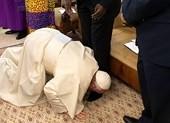 Đức Giáo Hoàng Francis hôn chân các vị lãnh đạo Nam Sudan