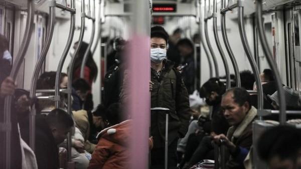 Một người đàn ông đeo mặt nạ trên tàu điện ngầm vào ngày 22 tháng 1 năm 2020 tại Vũ Hán, tỉnh Hồ Bắc, Trung Quốc