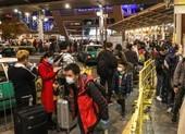 Hàng chục ngàn dân đại lục xếp hàng để qua Hong Kong