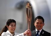 Bất chấp COVID-19, người Nhật tụ tập ngắm ngọn đuốc Olympic