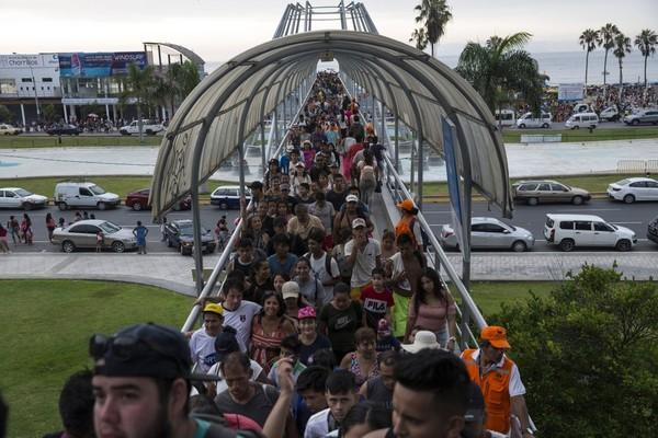 Một cầu bộ hành còn đông nghịt người hôm 16-2, nhưng đến ngày 24-3 đã hầu như không còn bóng người. Ảnh: AP 1