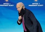 Ông Biden ho sau khi đi chung với phóng viên nhiễm COVID-19