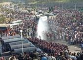 Ảnh: Cảnh sát Myanmar dùng vòi rồng đối phó người biểu tình