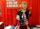 Tượng ông Trump mặc quần đùi, mang dép tông xuất hiện ở CPAC