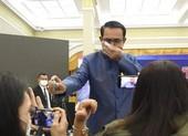 Bị hỏi khó, thủ tướng Thái Lan xịt nước rửa tay vào phóng viên