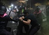 Thái Lan: Biểu tình bùng phát dữ dội trước hoàng cung