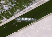 Tàu kẹt ngang kênh đào Suez: Chưa biết phải nằm mấy tuần nữa