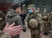 Tổng thống Ukraine thị sát tuyến phòng thủ ở Donbass