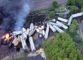 Ảnh: Cháy lớn sau khi tàu chở hóa chất trật đường ray ở Mỹ