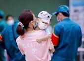 Hình ảnh các em bé theo cha mẹ lấy mẫu xét nghiệm ở Gò Vấp