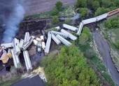 Mỹ: Đoàn tàu 47 toa trật đường ray, bốc cháy