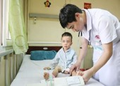 Mắc hội chứng lạ, bé 3 tuổi liệt hai chân sau giấc ngủ trưa