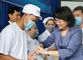 Phó Chủ tịch nước trao quà cho công nhân khó khăn ở Bình Dương