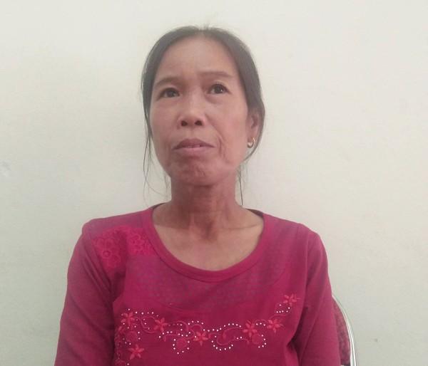 Cô Trương Thị Lan ngồi buồn khi về nghỉ hưu lương chỉ có 1.300 ngàn đồng/tháng, không đủ sống.