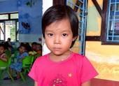 Tìm người thân cho bé gái bị lạc trên bãi biển Thuận An