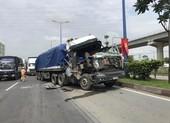 Cabin ô tô đầu kéo nát vụn sau khi tông đuôi xe container