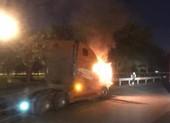 Xe container đang đậu thì bốc cháy tại TP Thủ Đức