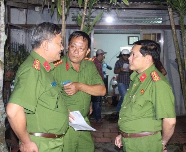 Đại tá NGuyễn Văn Thuận - Phó Giám đốc, Thủ trương Cơ quan CSĐT Công an TP Cần Thơ (bìa phải) có mặt chỉ đạo đánh án tại hiện trường - ảnh CTV P.T