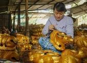 Làng nghề tất bật làm trâu vàng đón Tết Tân Sửu