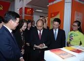 Thủ tướng dự Triển lãm sách kỷ niệm 90 năm ngày thành lập Đảng