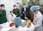 Cận cảnh tiêm mũi vaccine COVID-19 đầu tiên tại Việt Nam