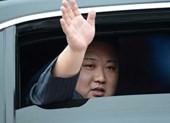 Ý nghĩa cử chỉ hạ kính chống đạn vẫy chào của ông Kim