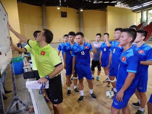 HLV Bruno lên chiến thuật cho các học trò đối đầu đội mạnh Paraguay