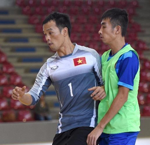 Các tuyển thủ Futsal Việt Nam tích cực rèn giũa những miếng đánh. Ảnh: ANH ĐOÀN