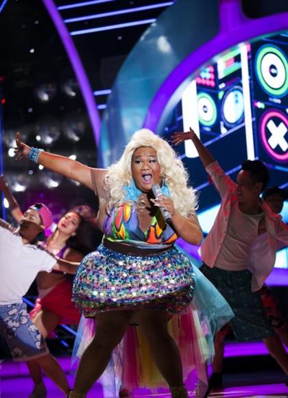 Minh Khang trở lại show 4 Gương mặt thân quen với tiết mục Starships trong sự hóa thân thành Nicki Minaj. Anh vui vẻ tâm sự Em phải tập thắt bụng để lấy hơi cho bài hát. Đọc rạp trong bài hát nước ngoài rất khác so với đọc Rap tiếng việt. Niki có một phong cách rap rất đặc biệt nên em đang cố gắng luyện tập đây Vương Khang đã xuất hiện thật ấn tượng trên sân khấu với bộ trang phục màu sắc sặc sỡ. Bài hát đầy màu sắc này đã được Vương Khang chuẩn bị rất công phu về khâu hóa trang. Vì không có một loại vải nào có thể sử dụng để làm trang phục cho tiết mục nên Vương khang đã phải nhờ nhà thiết kế của mình tô màu từng nút đính trên trang phục, phần thân trên của bộ trang phục cũng được vẽ rất công phu. Phần trình diễn vui tươi của Vương Khang khiến nhiều người không thể ngừng lắc lư theo điệu nhạc. Cũng như những phần biểu diễn trước, chàng ca sĩ đa tài lại tiếp tục chứng sự sáng tạo là một thế mạnh của anh. Sự biểu diễn xuất thần của Vương Khang khi ngồi lên một vũ công khiến anh ta không thể đứng dậy tiếp tục bài minh họa đã bị MC Thanh Bạch phát hiện thấy. Giám khảo Đức Huy ưu ái nhận xét Vương Khang đưa yếu tố giải trí lên đỉnh cao với tiết mục này. Tôi đánh giá cao nỗ lực của bạn đã dành cho bài hát và dành cho chương trình. Tôi xin khen ngợi Giám khảo Mỹ Linh hồ hởi cho rằng Nhìn cách mọi người vỗ tay hân hoan với tiết mục của Vương Khang đã đủ thấy mọi người rất thích tiết mục này. Chị nhận thấy sự cuốn hút xuất phát từ bên trong con người của em và chị rất thích điều đó. Bạn đẹp thì bạn sẽ được nhìn nhận ở bất k2y hình dáng, tư thế nào. Em hát rất tốt. Đó là điều chị rất thích ở emGiám khảo Hoài Linh dí dỏm Tôi không thắc mắc Vương Khang mà thắc mắc về cụm từ bên trong của Mỹ Linh. Một bài hát dàn dựng công phu, phần trình diễn rất hấp dẫn Vương Khang đã phải chịu đựng rất lớn vì bộ trang phục đặc biệt để có tiết mục rất hay đến nỗi đi đứng rất khó khăn.