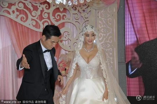 Nghiêm Khoan tươi rói bên cô dâu quyến rũ