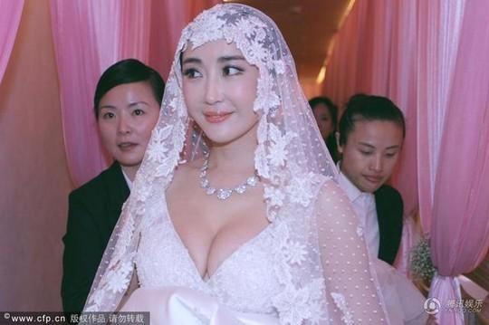Cô dâu diện áo cưới khá hở vòng một