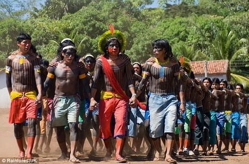 Các cầu thủ của bộ tộc Kayapo gửi lời thách thức đến tuyển Anh