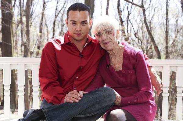 Sốc: Chàng phi công 31 tuổi yêu bà già 91 tuổi 2