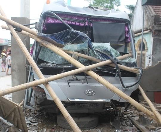 Xe khách chui lọt vào nhà dân sau vụ tai nạn.