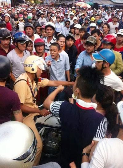 Hàng trăm người dân vây quanh CSGT