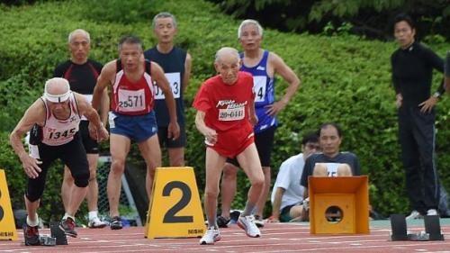 Ông Hidekichi Miyazaki cùng các vận động viên cao tuổi tranh tài - Ảnh: AFP