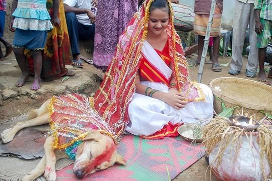 ...nhưng cô vẫn cố tỏ ra vui vẻ trong ngày cưới. Ảnh: Mirror