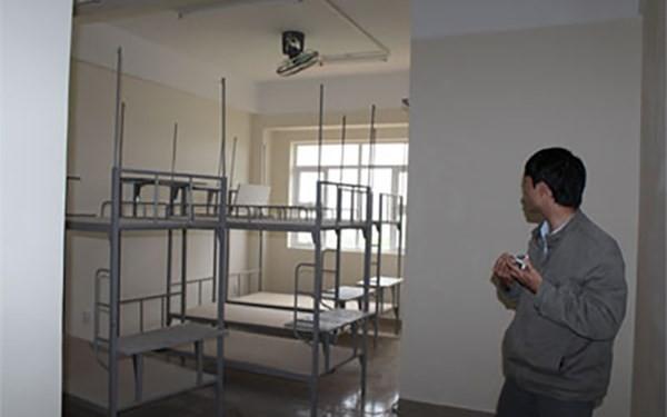 Phòng ở của sinh viên trong khu KTX hầu hết là bỏ trống.