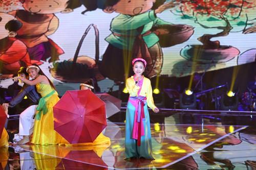 Thiên Nhâm mở đầu phần thi hát đơn với ca khúc
