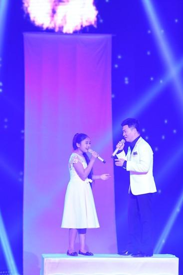 Quang Linh là một trong những khách mời đặc biệt trong đêm chung kết The Voice nhí. Anh cùng Thiện Nhân thể hiện ca khúc
