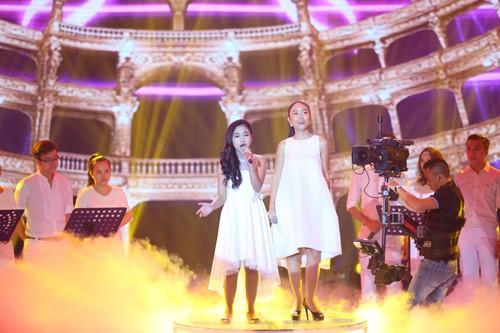 Thiên Nhâm cùng ca sĩ thể hiện ca khúc
