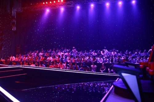 Từ 20h15, trường quay đã lấp đầy chỗ, khán giả đến sau có vé cũng không được vào, bảo vệ kiểm soát rất kỹ. Khán giả phải bắc ghế nhựa ở hai bên lối đi vì thiếu chỗ.
