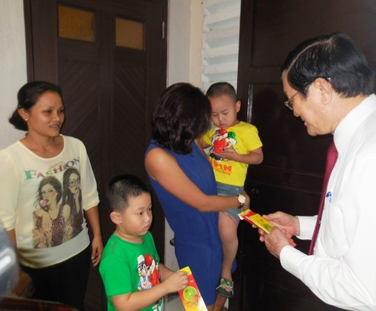 Chủ tịch nước Trương Tấn Sang lì xì mừng tuổi hai cháu nội của NSND Kim Cương