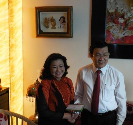 Chủ tịch nước Trương Tấn Sang đã mừng tuổi NSND Kim Cương với bao lì xì 10 triệu đồng, khen thưởng cho những đóng góp tích cực của bà đối với hoạt động từ thiện.
