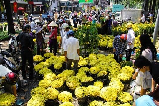 Trong ngày 30 Tết ở TP HCM, các loại hoa được bán nhiều nhất là cúc vàng, vạn thọ, hướng dương. Cả đoạn đường Phạm Ngũ Lão, cạnh công viên 23/9 tràn ngập người mua bán sôi động và nhộn nhịp. Tại một điểm khác cạnh công viên Lê Văn Tám cũng có hàng trăm người chen nhau chọn mua hoa giảm giá.